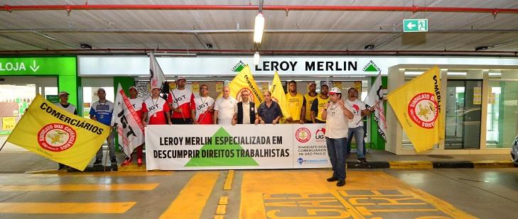 ff85afd819557 A diretoria e militância do Sindicato dos Comerciários de São Paulo fizeram  um ato na Leroy Merlin. A ação aconteceu na unidade do Jaguaré, ...