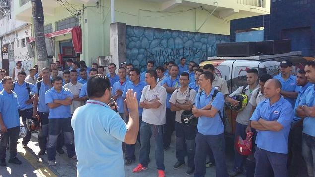 Vendedores e montadores das Casas Bahia paralisaram as atividades em várias  lojas e postos de serviços de montagem na capital e na Grande São Paulo. ec6e2eb3308cd